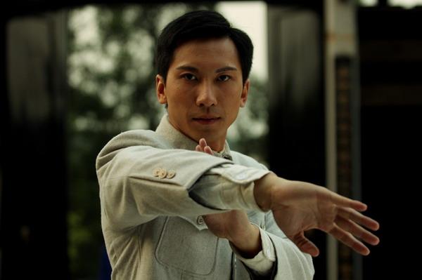 这次《叶问前传》中,饰演叶问的不是甄子丹,而是叶准的亲传徒孙杜宇图片